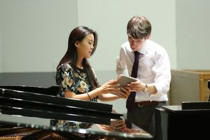Prof. Roman Salyutov during the lesson with Ling Zhang in the Philharmonic Hall of the National Forum of Music.<br> Photo by Andrzej Solnica.
